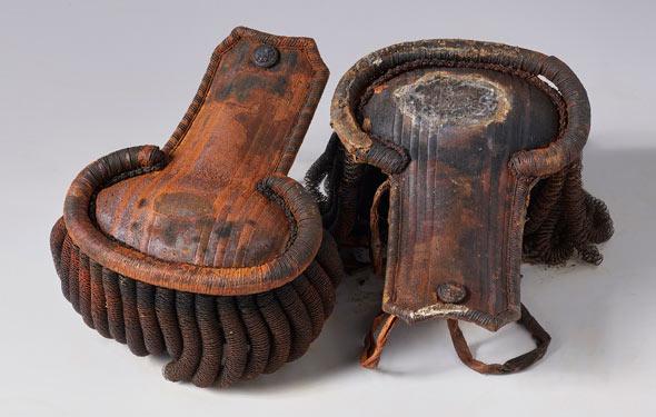 Cette paire d'épaulettes ont été retrouvées dans leur boîte, dans la cabine présumée du troisième lieutenant, sur le pont inférieur.